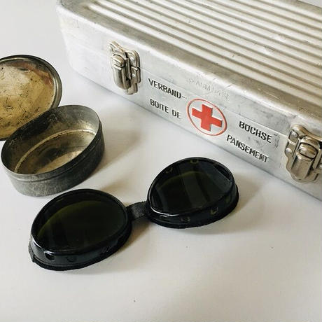 赤十字の救急箱とオート用サングラス