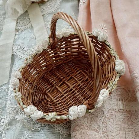 白薔薇のリボンで縁取りされたお人形用バスケット