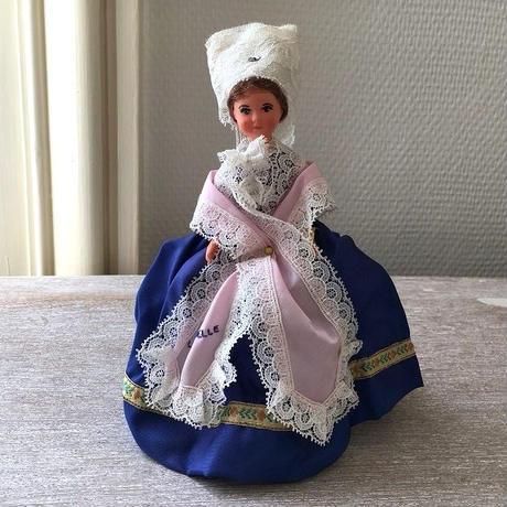 フランス西海岸地方の伝統衣装を着たお人形