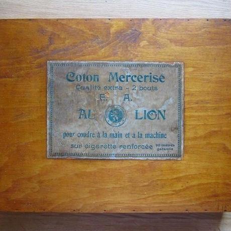 60本以上の糸巻きが入った木製ボックス