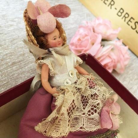 夏服でおしゃれに着飾った女の子のお人形(箱入り)