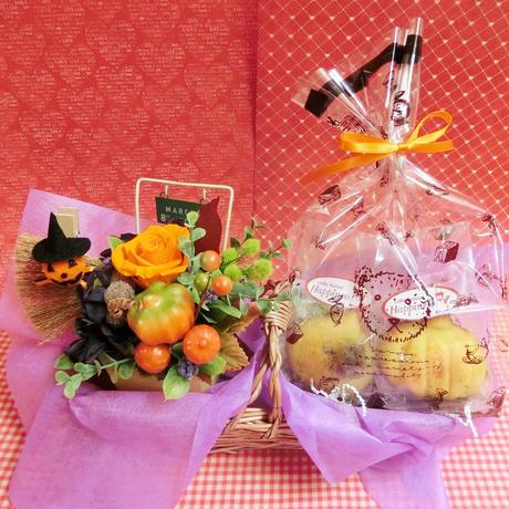 実りの秋をイメージしたプリザーブドフラワーアレンジとカボチャや栗などを使った秋の焼き菓子2袋のギフトセット