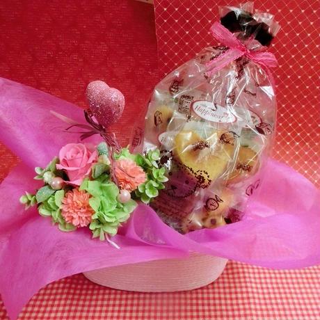 ピンクのハートの陶器にアレンジした薔薇のプリザーブドフラワーと野菜や果物を使った焼き菓子6袋のギフトセット