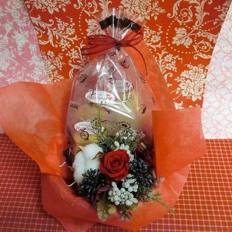 シックな陶器カップにアレンジした綿(わた)と薔薇のプリザーブドフラワーと冬の焼き菓子6袋のギフトセット