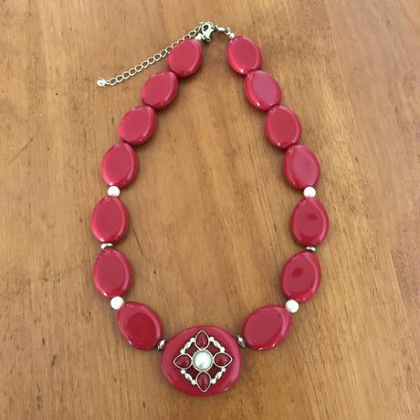 レトロな赤色ネックレス