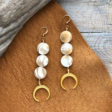 Beige Mother of Pearl Crescent Moon Double Horn Pierced Earring ベージュマザーオブパール クレッセント ダブルホーン 14kgfピアス