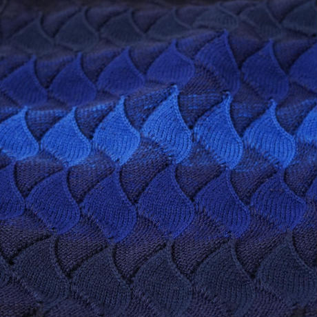 リーフ模様の華やかな色使いのマフラー