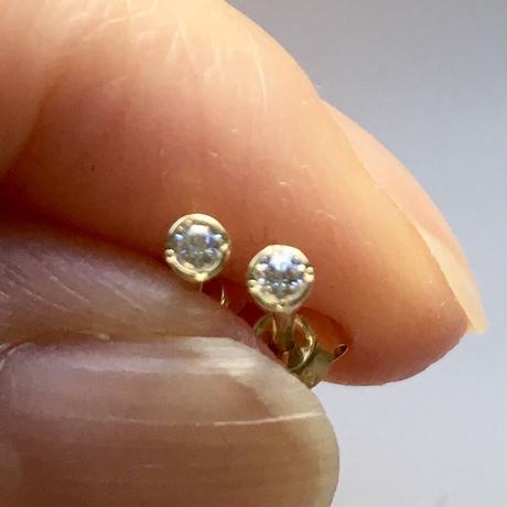 小粒ダイヤモンド スタッズピアス  【K18】
