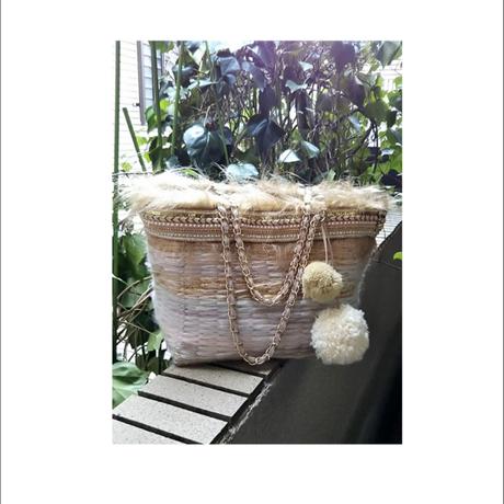 ホワイト&ベージュ&ゴールドのトートバッグ