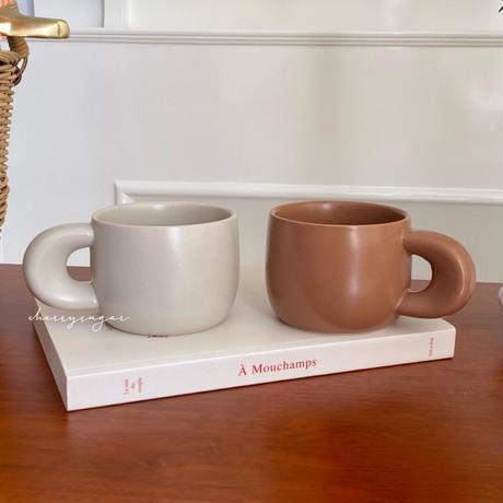 ブラウンとベージュのマグカップ