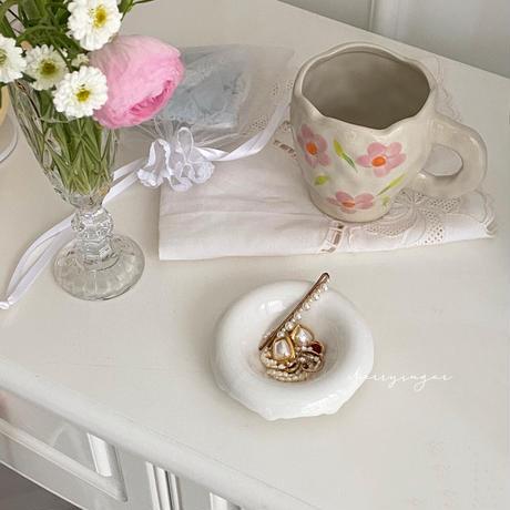 白くてまるいフォルムの陶器皿