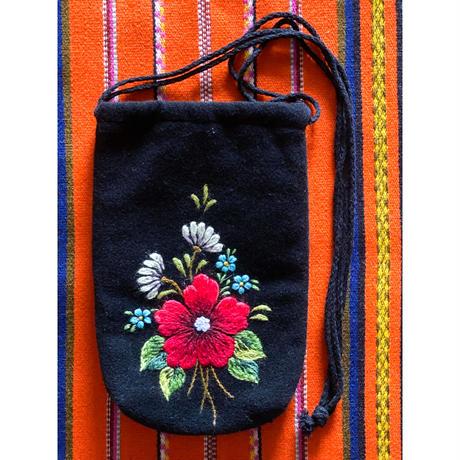 Muhu刺繍赤花柄巾着ポーチ(Sirje Tüür作)