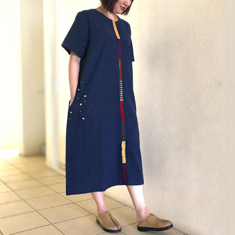 アウトレット藍染め手織り綿、手挿し刺繍のゆったりワンピース、オールシーズン、ライン柄