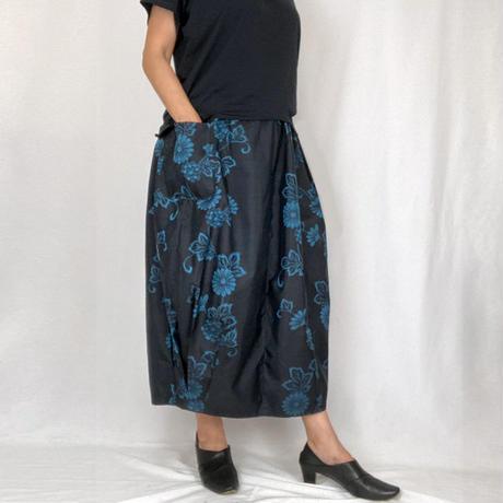きものリメイクのロングスカート、バルーンスカート、銘仙、黒青花