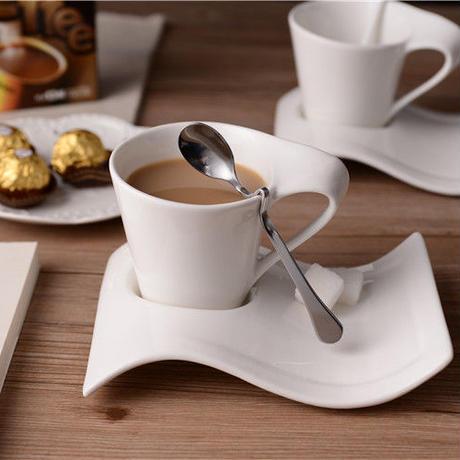 創造的な波状 コーヒーカップとソーサーセット ステンレススプーン 200 ml