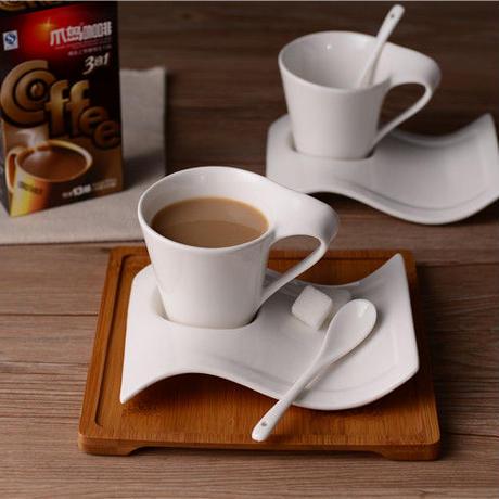 創造的な波状 コーヒーカップとソーサーセット セラミックスプーン 200 ml