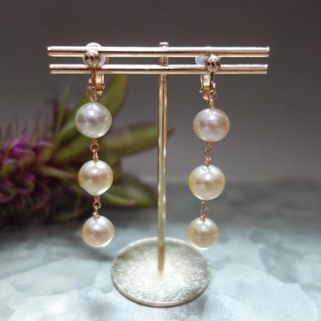 3つの白蝶真珠ゴールデンパールのイヤリング(ピアス交換可能)