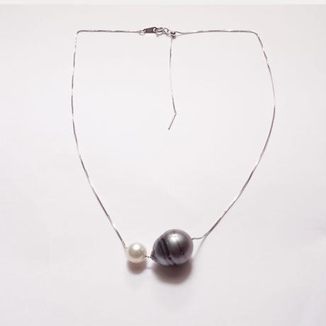 大粒な黒蝶真珠とあこや真珠のペンダント