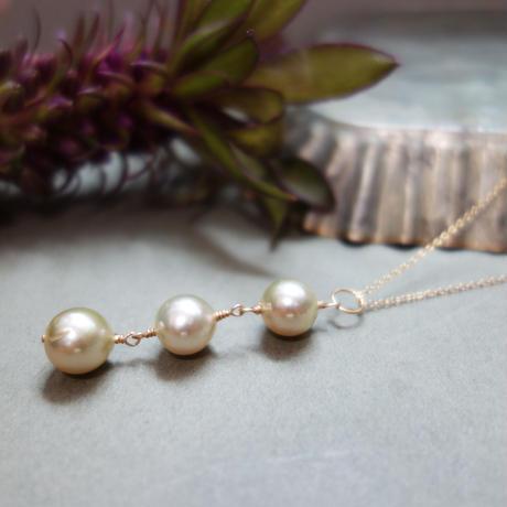 3つの白蝶真珠ゴールデンパールのペンダントネックレス