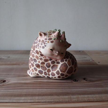 太田夏紀 「てれやなキリン」恥ずかしがり屋なので無意識に身体の柄の数を数えてしまう。11×10×13cm 陶土