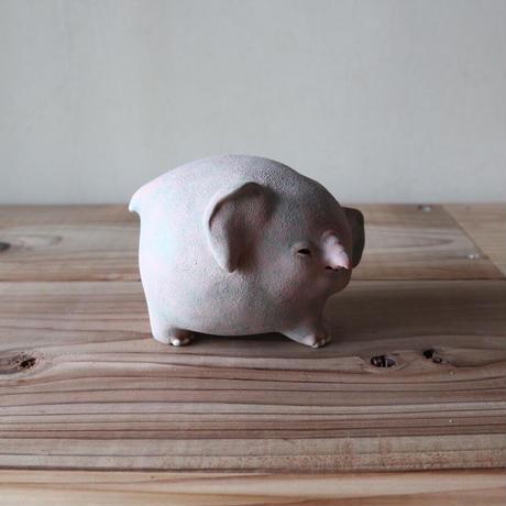 太田夏紀「やさしいゾウ」歩く時も周りを気づかってよそ見してしまうので、よく転ぶ。9×9.5×12cm 陶土