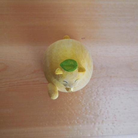 公庄直樹 ねこかがみトップ/H6.5×W5×D6.5cm/イチョウ、着彩 (木彫)