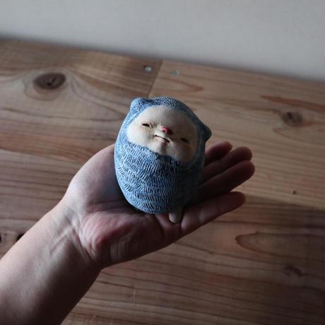 太田夏紀 「青く塗られたクマ」実は白熊。顔や足にも青い色がついてしまっている。  鼻も赤く塗られた。9.5×7×8cm 陶土
