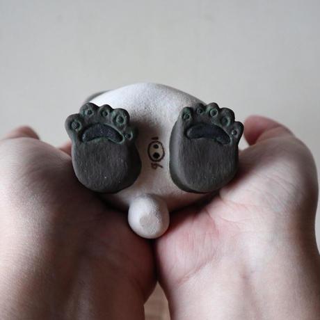 太田夏紀 「こまったパンダ」どうしたらいいかわからない時に耳を触る癖がある。自分のしっぽの色を知らない。12×8×7cm 陶土