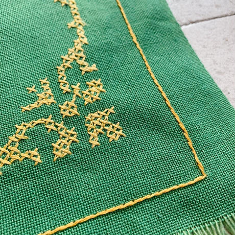 VTG Embroidered  place mat  / Green
