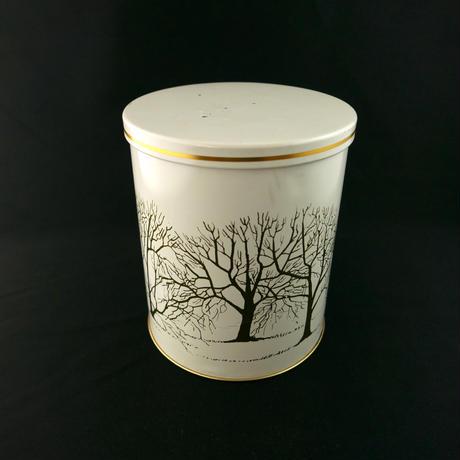 白い大きな缶