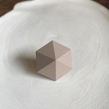 六角形イヤリング グレーベージュ