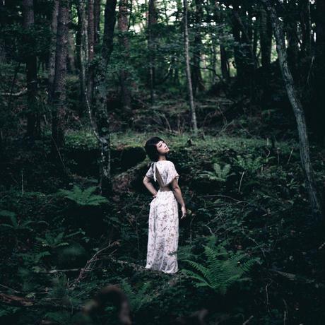 背中あき刺繍ドレス
