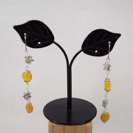 「岩手久慈産出コハク使用のロングピアス・タイプRA-19」【特価】耳元で揺れる小花パーツを配したロングピアス♪