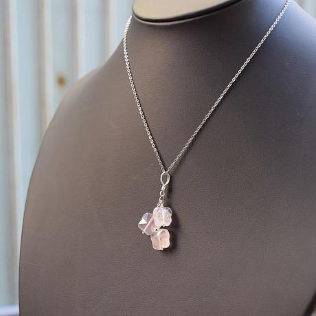 「ローズクォーツ・3匹の蝶がゆれるペンダント」胸元に揺れるクリアなピンクをお楽しみください[RA36]