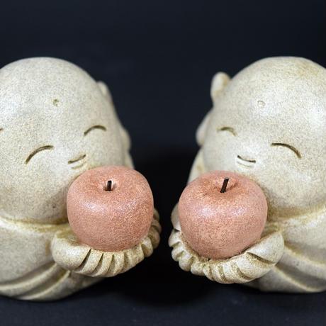 「リンゴを持ったおじぞうさん」赤いリンゴを両手で抱え~♪リンゴ愛に満ちたあなたへ。