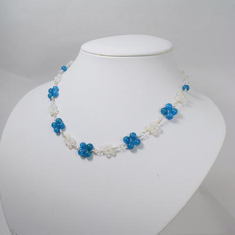 「青と白の小花のネックレス・マリンブルーアパタイトとミルキークォーツ」清楚で爽やかなイメージのネックレスです♪[RA05]