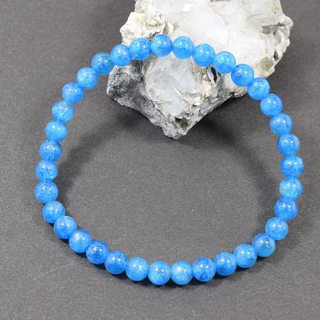 「ネオンブルーアパタイト・珠径5.5mm・腕サイズ16.5cm」美しい海の色にも見える鮮やかなブルー♪[AA03]