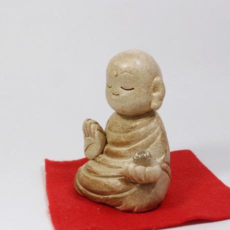 「宝珠を持った地蔵菩薩像」土ならではの柔らかな曲線で表現された「ほとけの形」です