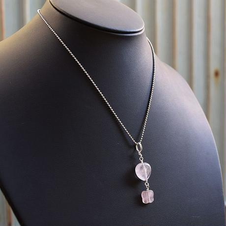 「ローズクォーツ・ハートと蝶々のペンダント」胸元に揺れるクリアなピンクをお楽しみください[RA29]