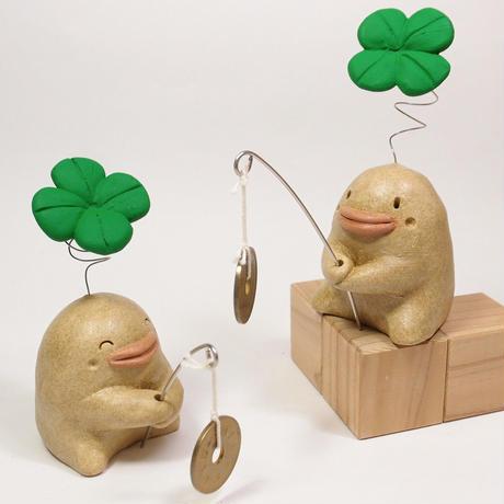 「つりぼっこ君」五円玉を釣っています。良いご縁をつかまえたいなー、なのんきな子