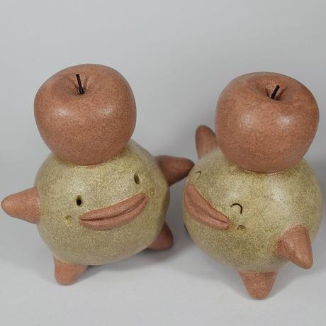 限定版「リンゴぼっくり君」。頭にリンゴを載せたかわいらしい子です。リンゴ愛に満ちたあなたへ。