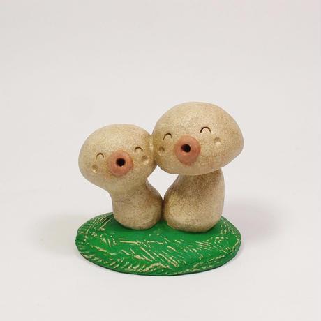 「きのこぼっくり君ズ」微笑むキノコ風土ぼっくり君たちです。木の下なんかにこっそり隠れていそうですね。