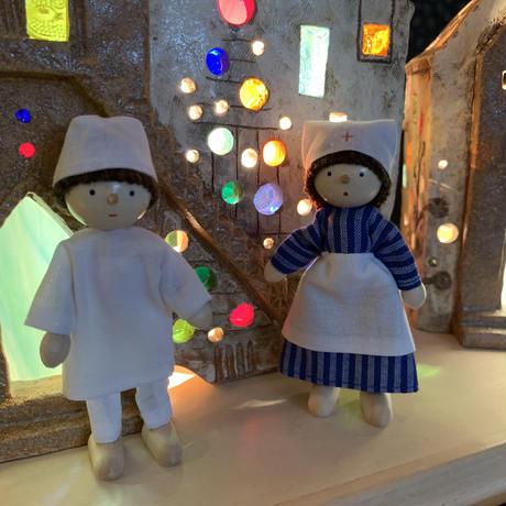 ドールハウス人形看護婦さん(右)