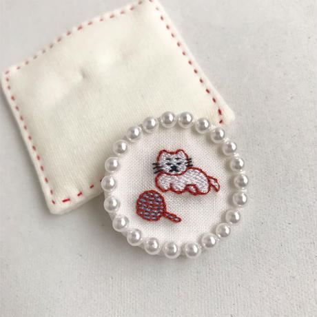 namakekakemono | まんまるブローチ/ 白い子猫と毛糸玉