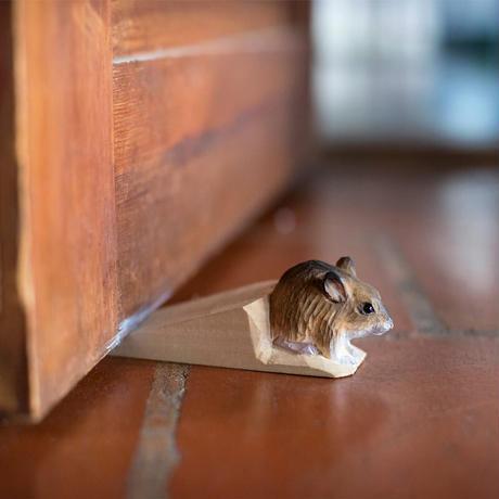 Wildlife Garden 手彫りドア・ストップ:アカネズミ