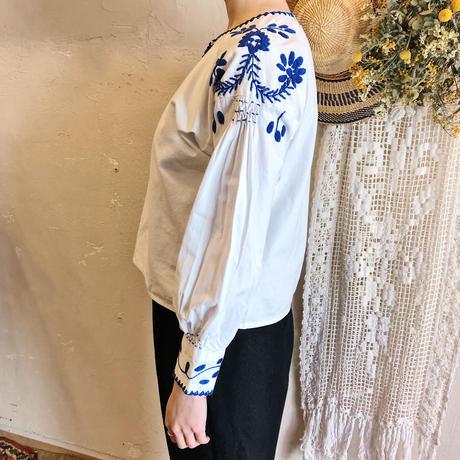1970s 青のお花刺繍長袖メキシコトップス(WHITE × BLUE)[7087]