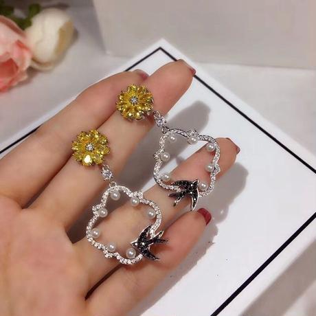 ツバメとお花 フラワー&鳥モチーフ CZダイヤモンド デザインピアス カラーダイヤモンド風 上品かわいい/ ヴァンクリーフ&アーペル お好きな方にも