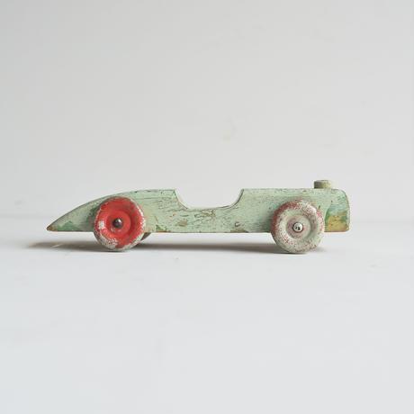 木で作られたクルマのおもちゃ