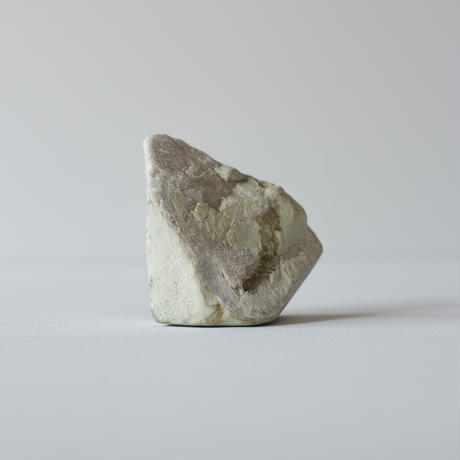 The stone that has fallen from the mountain is shaped like a mountain