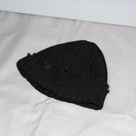 Yohji yamamoto pour homme / 17AW Distressed beanie with Safety pin